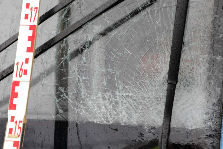 Der Mann war gegen die Frontscheibe der Bahn geprallt und wurde dann auf das Nebengleis geschleudert.