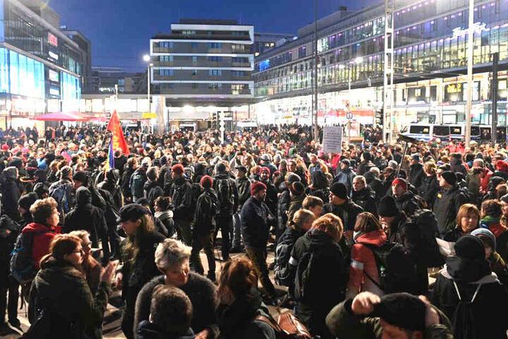 Gegendemonstranten haben sich 17.30 Uhr am Wiener Platz gesammelt.
