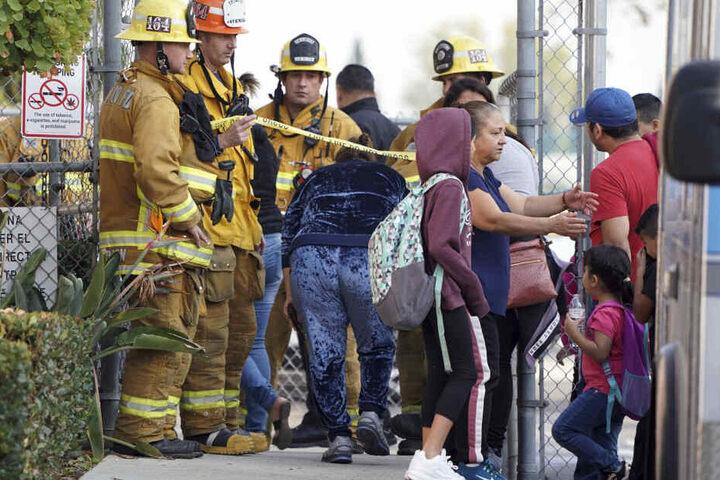 Feuerwehrmänner gewähren Eltern den Zugang zur Park Avenue Grundschule.