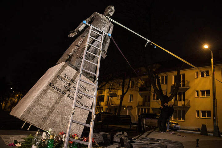 In Danzig stürzten polnische Aktivisten im Februar die Statue des umstrittenen Priesters Henryk Jankowski um - zeitgleich zum Start des Anti-Missbrauchs-Gipfels im Vatikan.