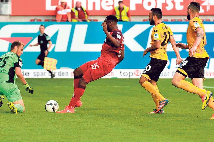 Dynamos Dauerbrenner: Linksverteidiger Fabian Müller (2.v.r.) und und Torhüter Marvin Schwäbe (l.) fehlten bisher keine einzige Minute.
