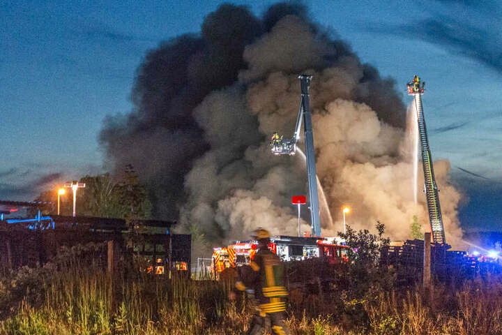 Die Löscharbeiten der Feuerwehr zogen sich bis spät in die Nacht hinein.