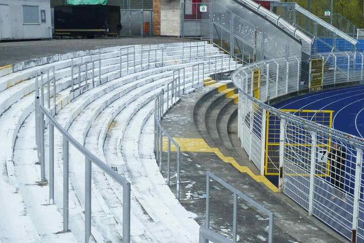Der Stehplatzbereich wurde mit weißer und blauer Farbe beschmiert.