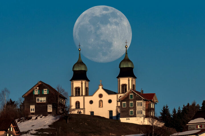 Vollmond über der Basilika Maria Bildstein. Der Erdtrabant kommt der Erde so nahe wie bis 2026 nicht mehr und erscheint etwa 30 Prozent heller als bei einem Vollmond in Erdferne.