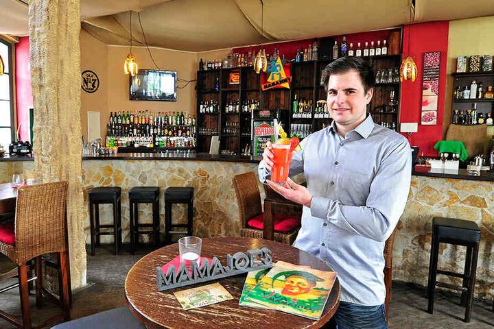 """Philipp Döhne mixt die Cocktails bald im neuen """"Viva Mama Joes"""" auf dem Johannisplatz."""