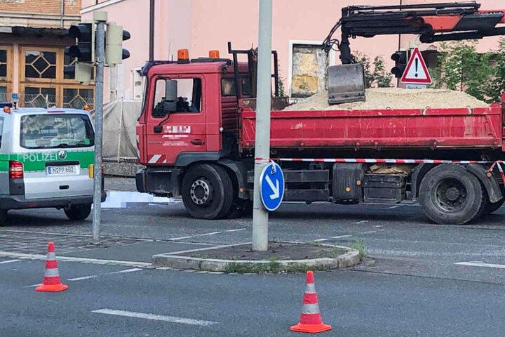 Eine Radfahrerin wurde in Nürnberg von einem Lastwagen erfasst und tödlich verletzt.