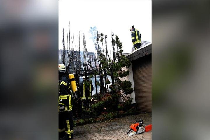 Die Feuerwehr konnte verhindern, dass das Feuer auf angrenzende Gebäude übergreifen konnte.