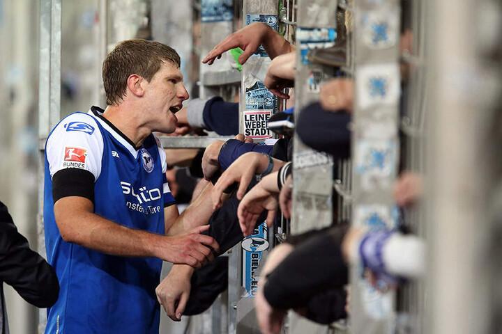 Fabian Klos, seit Jahren Führungsspieler bei Arminia, suchte nach dem Spiel das Gespräch mit den Fans.