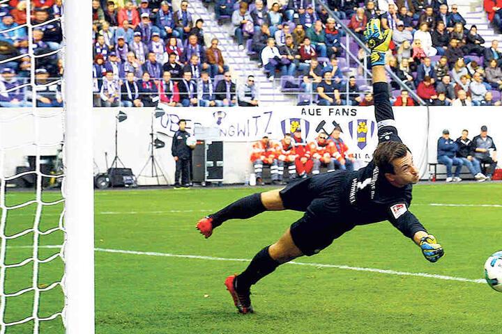 Beim 1:0-Sieg des FCE Aue gegen Jahn Regensburg bot Martin Männel seine bislang beste Leistung nach seiner schweren Verletzung. Auch diesen Ball lenkte er um den Pfosten.