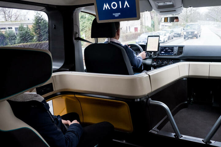 Ein Fahrzeug des VW-Fahrdienstes Moia fährt durch eine Straße.