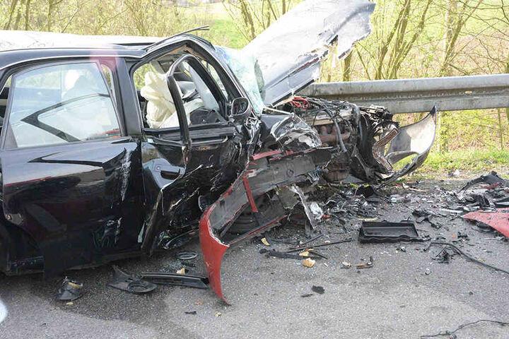 Von dem schwarzen Audi A4 blieb nicht mehr viel übrig.