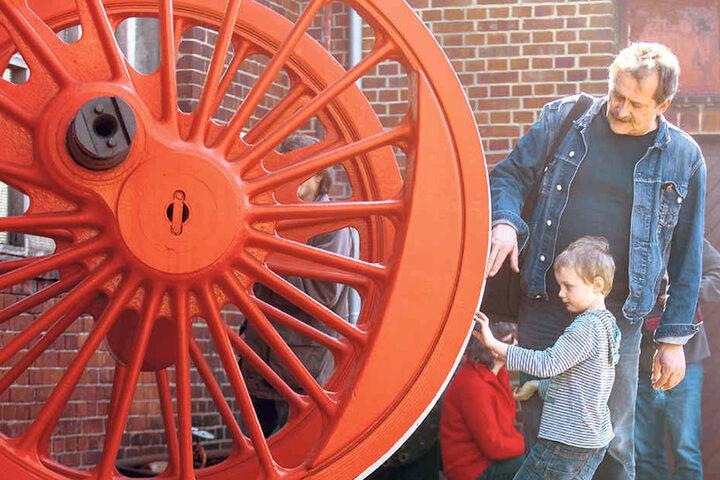 Ganz schön riesig: Jascha (5) und sein Großonkel wundern sich über ein typisches Lok-Rad.