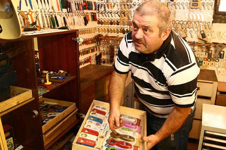 Ernst Hornauer hält Ordnung in seiner Sammlung. Der Keller ist sein Reich.