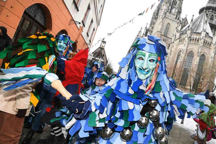 """Ein """"Gauga Ma"""" (vorne) der Narrenzunft Ulm beim traditionellen Narrensprung am Sonntag."""