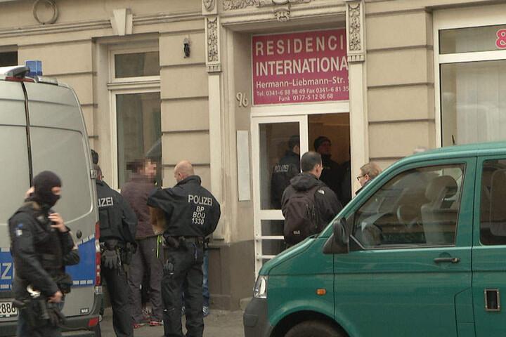 In dem Hostel auf der Hermann-Liebmann-Straße werden eingeschleuste Personen vermutet.