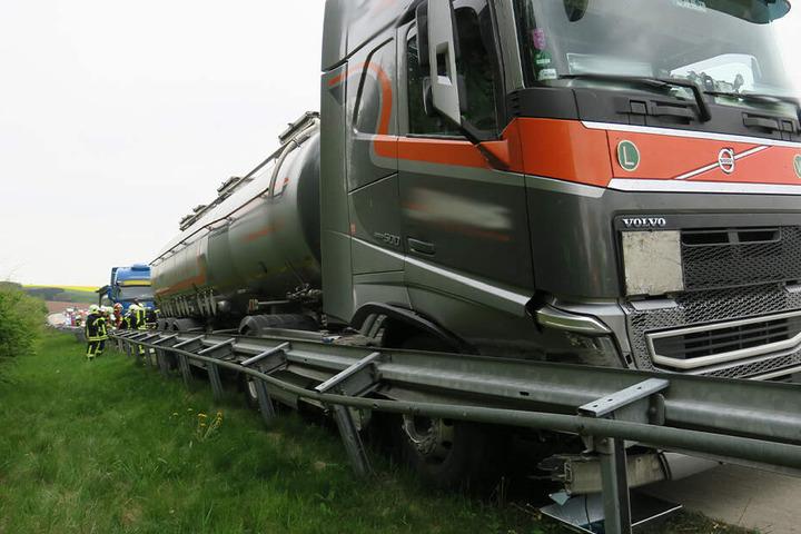 Ein Laster ist auf der A72 in die Leitplanke gefahren.