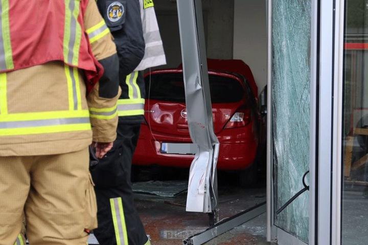 Der Opel rammte durch das Schaufenster in das Ladenlokal.
