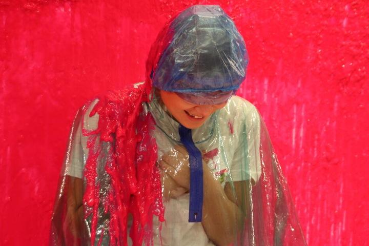 Im Sloomoo Institute kann man sich auch mit rotem Schleim übergießen lassen.