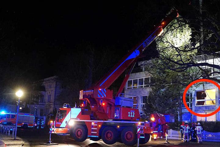 Per Kranwagen der Feuerwehr musste die Leiche auf die Straße gehievt werden.