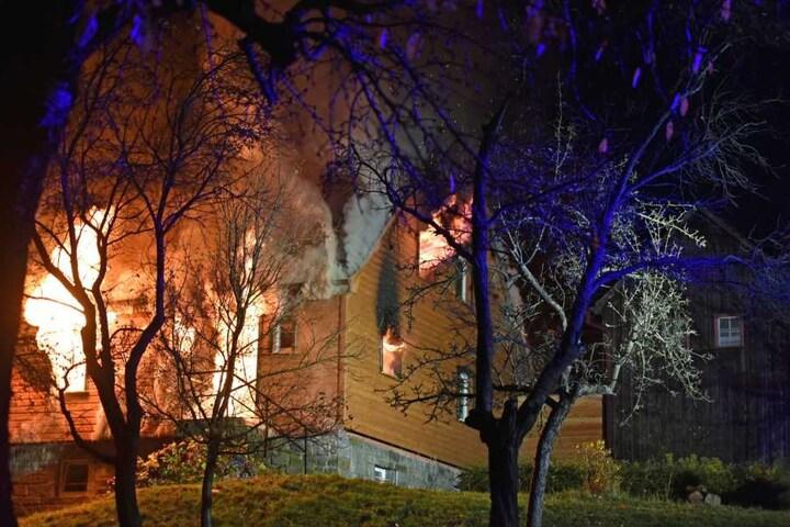 Mehrere Stunden brauchten die Kameraden, um die Flammen unter Kontrolle zu bringen.