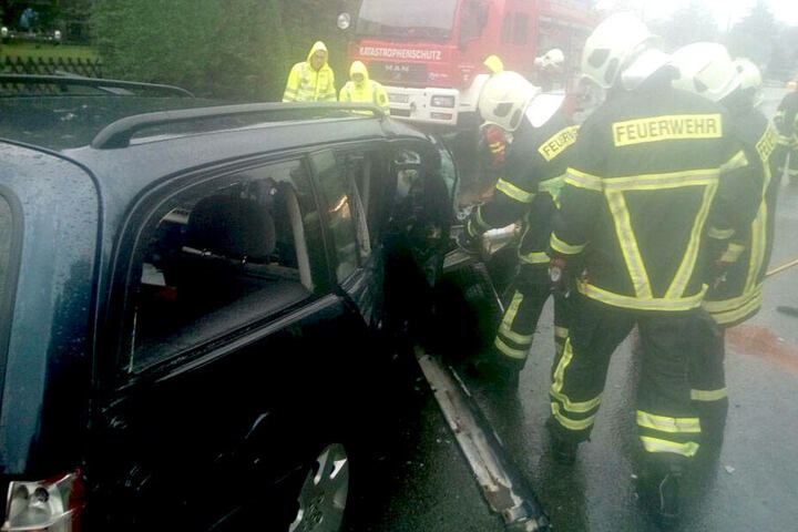 Eines der beiden Autos fing Feuer, weshalb auch die Feuerwehr anrücken musste.