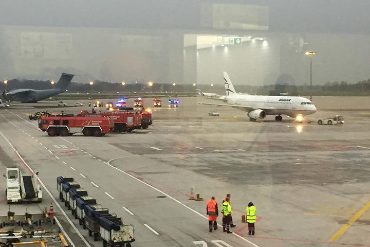 Blick auf das Vorfeld auf dem Flughafen. Ein Auto hatte ein Tor im Süden des Flughafens durchbrochen und war auf das Vorfeld gefahren.