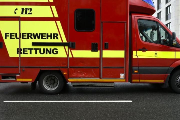 Der Rettungswagen der Feuerwehr kämm mit einer Beule davon.