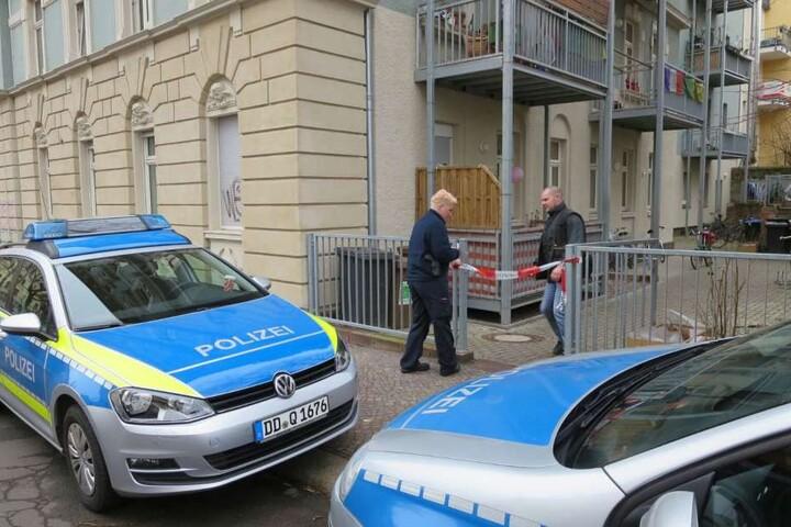 Die kriminaltechnischen Arbeiten in einem Wohnhaus an der William-Zipperer-Straße gehen am Dienstag weiter.