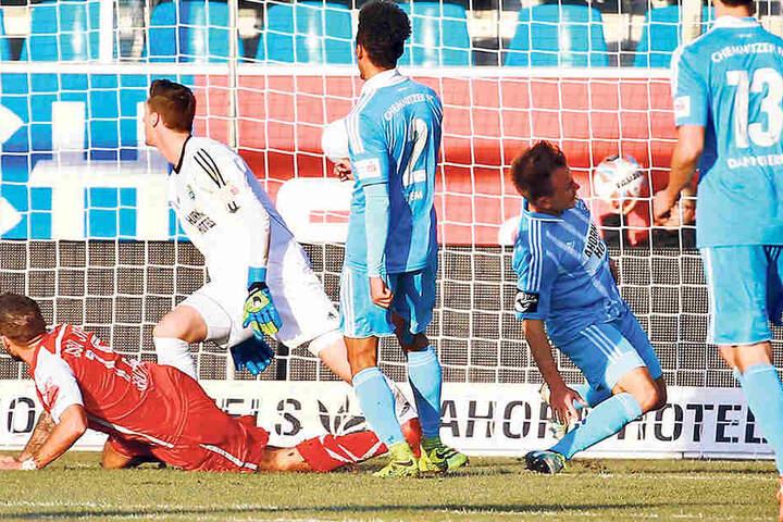 Bei dieser missglückten Rettungsaktion verletzte sich Fabian Stenzel (r.) am 10. Dezember im Heimspiel gegen Regensburg.Das Tor von Marco Grüttner (l.) konnte er nicht verhindern.