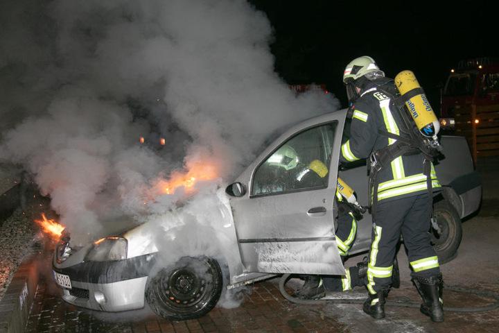Der Feuerwehr gelang es, den Brand zu löschen, bevor er auf andere Fahrzeuge übergreifen konnte.