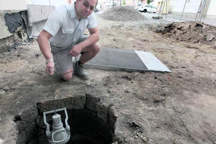 Straßenbaumeister Rico Kaßmann (35) fand den historischen Brunnen in Pirna bei Bauarbeiten.
