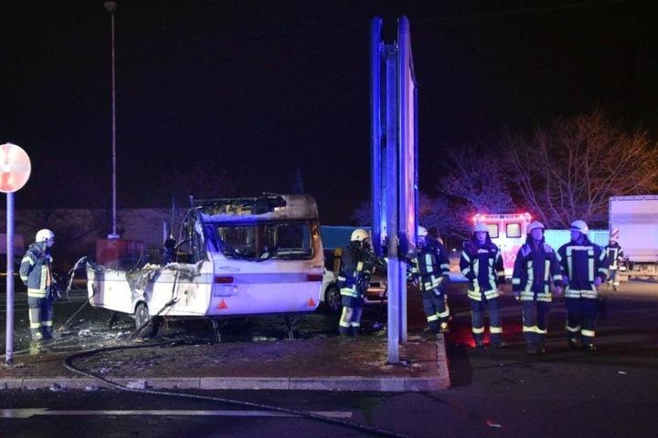 Ein Feuer-Inferno hat von einem Wohnwagen außer verkohlten Resten wenig übrig gelassen.