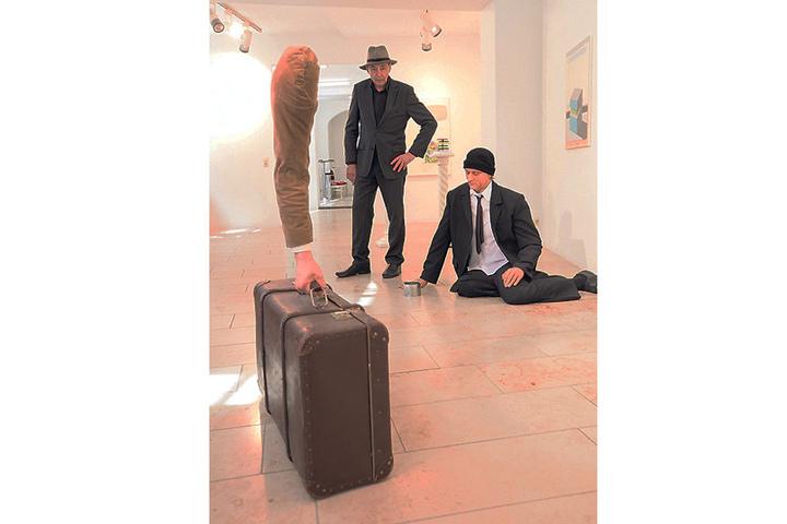 Neben Heinemanns Kunst zeigt Galerist Holger John (57) Bilder von H.G. Griese  und lebensechte Installationen von Sandro Porcu.