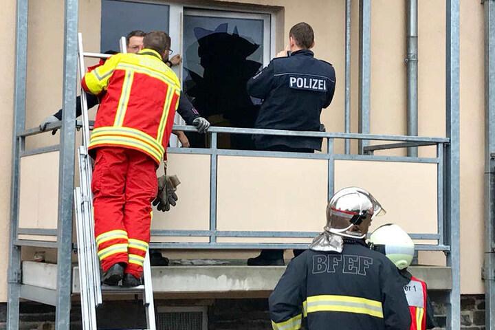 Über die Balkontür verschaffte sich die Feuerwehr Zugang zur Wohnung.