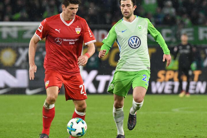Wolfsburgs Admir Mehmedi (r.) und Stuttgarts Mario Gomez kämpfen um den Ball. Das erste Spiel mit Trainer Tayfun Korkut gegen den VfL Wolfsburg  ging 1:1 aus. (Archivbild)