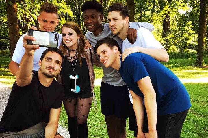 """Mats Hummels (l.), Joshua Kimmich (2.v.l.) und David Alaba (Mi.) machen  ein Selfie mit Jella Haase und anderen """"Fack Ju Göhte""""-Darstellern."""