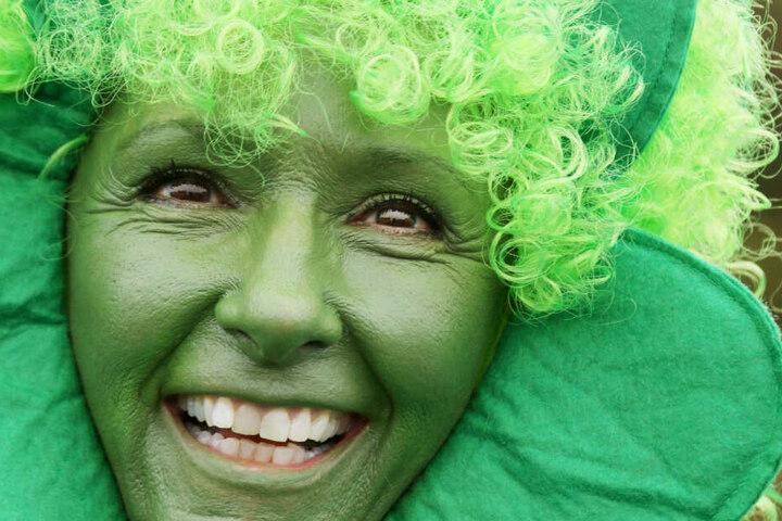Am St. Patricks Day kleiden sich die Feiernden meist in grüne Kleidung. Einige Leute gehen sogar einen Schritt weiter und schminken sich.