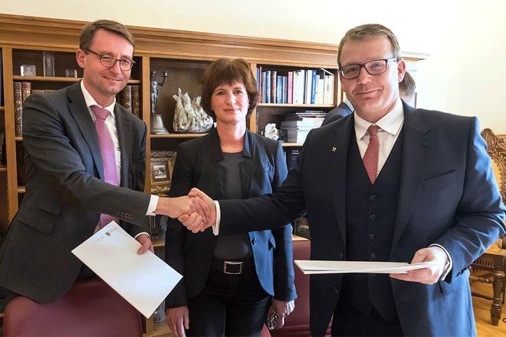 Sachsens Innenminister Roland Wöller (47, l.) und Freibergs OB Sven Krüger (44, r.) besiegelten die Bau-Förderung von 12 Millionen Euro fürs Stadtarchiv. Mit dabei: Archiv-Leiterin Ines Lorenz (m.).
