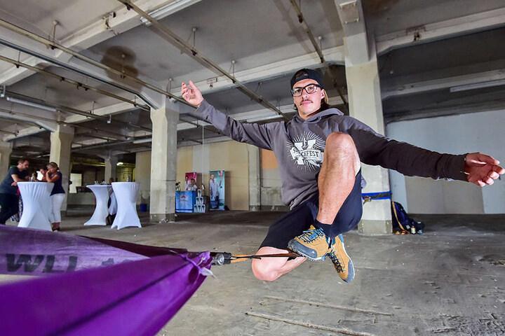Slackliner Benjamin Jahn (31) zeigt sein Können.