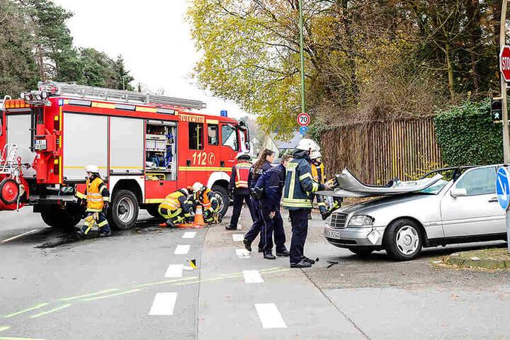 Bei dem Mercedes-Benz wurde das Dach zur Rettung des 85-Jährigen abgetrennt.