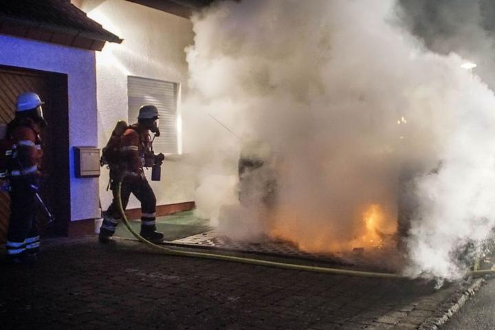 Bis jetzt ermittelt die Polizei, wer und wie viele Hinter den Bränden stecken.