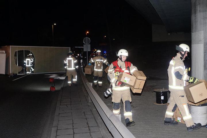 Die Feuerwehr sichert die Ladung des LKW.