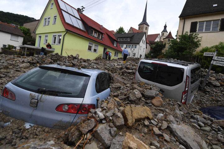 Auto wurden von der Flut aus Geröll im Mai 2016 mitgerissen.