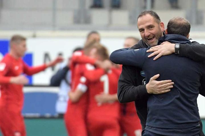 Trainer Frank Schmidt von Heidenheim jubelt nach dem 1:0 seiner Mannschaft.