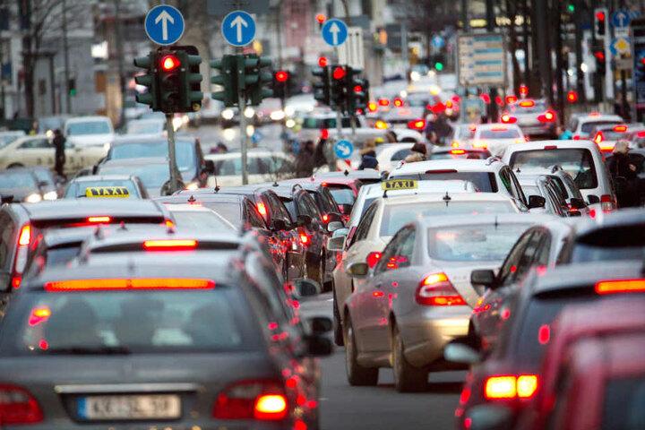 Auch wird darüber beraten, wie und ob man das Fahrverbot für Dieselfahrzeuge in Frankfurt abwenden kann (Symbolbild).