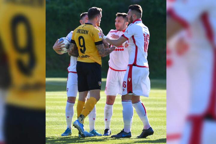 Wenn es sein muss, legt sich Patrick Schmidt auch mit drei Gegnern an, so wie hier beim Testspiel gegen Bukarest.
