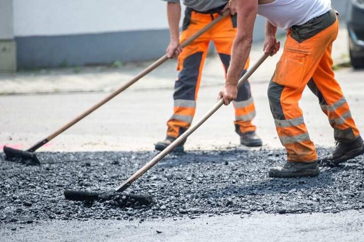 Straßen- und Gleisbauarbeiten wird es am Montag in Bielefeld geben. (Symbolbild)