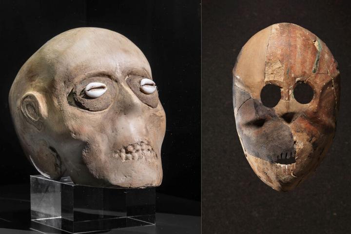 Links im Bild: Replik eines Schädels – Mit Gips überzogene Schädel wurden in Bestattungen unter den Fußböden der Gebäude in Jericho gefunden. Rechts im Bild: Replik einer steinernen Maske.