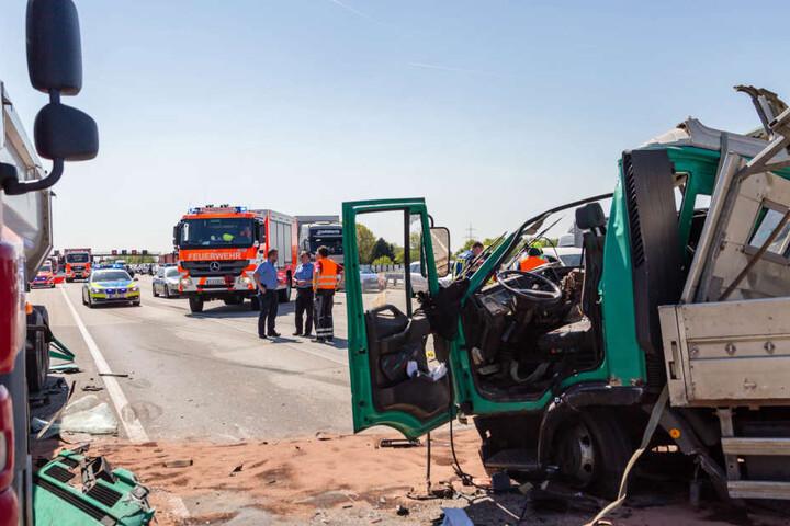 Der Fahrer des Lastwagens und eine weitere beteiligte Person wurden in ein Krankenhaus gebracht
