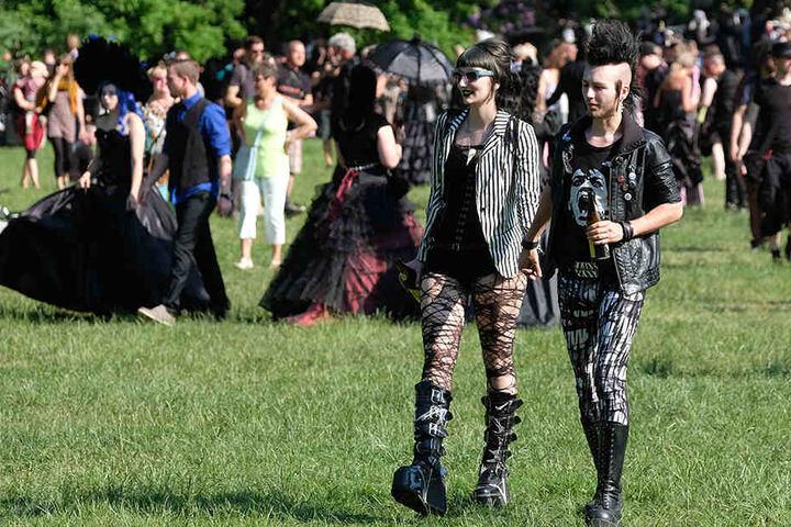 """Tausende """"Gruftis"""" werfen sich in aufwändige Kostüme und flanieren durch die Stadt und die Parks."""